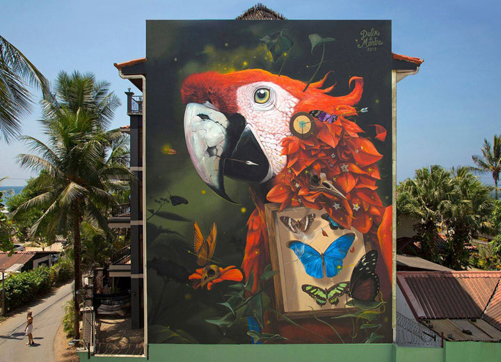 Giant mural of Scarlet Macaw at Pacific Palms by Artify Jaco in Costa Rica