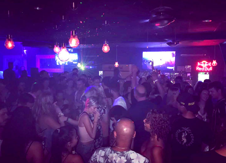 Busy Friday night at Republik Lounge in Jaco